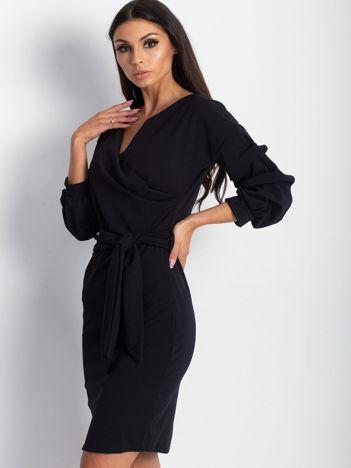 Czarna sukienka z drapowanymi rękawami