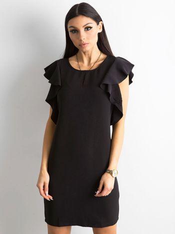 Czarna sukienka z falbanami na ramionach