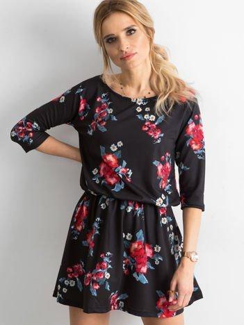 Czarna sukienka z kolorowym kwiatowym motywem