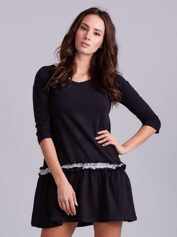 Czarna sukienka z kontrastową falbanką