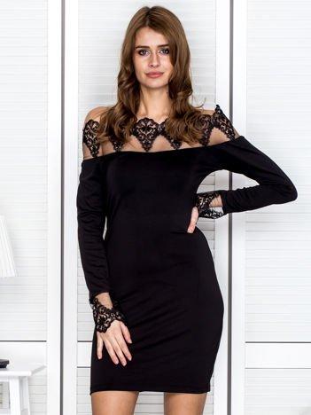 Czarna sukienka z koronkowym dekoltem i rękawami