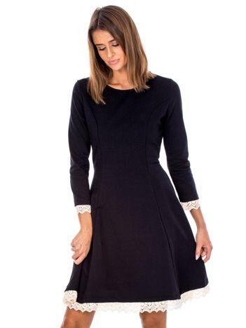 Czarna sukienka z koronkowymi wstawkami i sznurowaniem