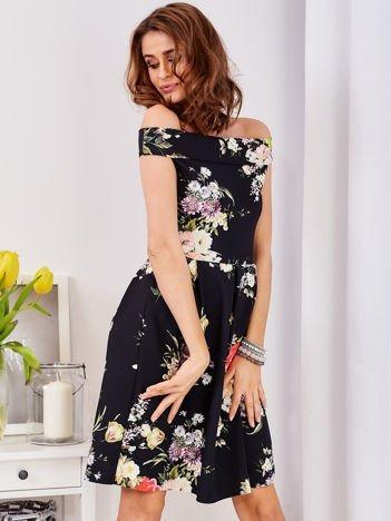 Czarna sukienka z motywem malowanych kwiatów