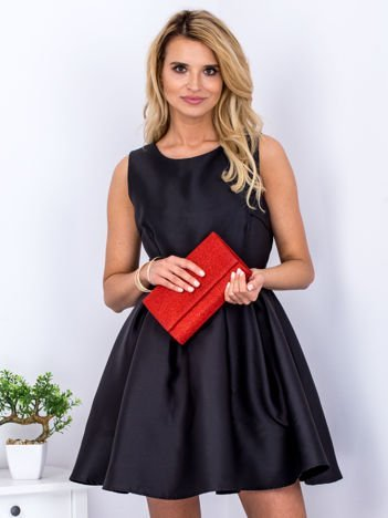 Czarna sukienka z perłowym połyskiem i kokardą
