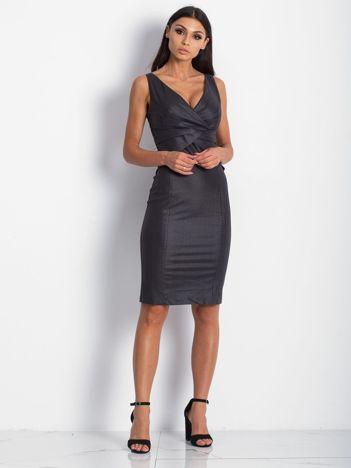 Czarna sukienka z połyskliwego materiału