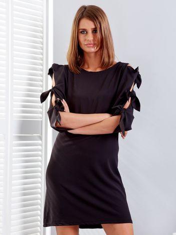 Czarna sukienka z wiązaniami na rękawach