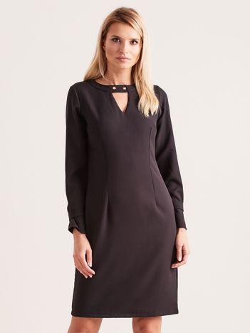 Czarna sukienka z wycięciem z tyłu i perełkami