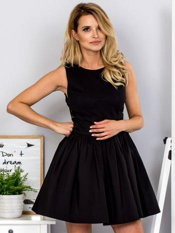 Czarna sukienka ze sznurowaniem po bokach