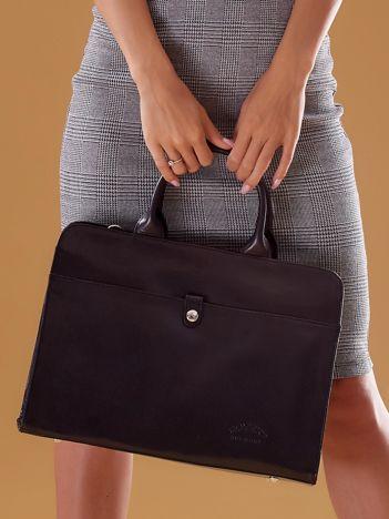 Czarna torba damska ze skóry w miejskim stylu