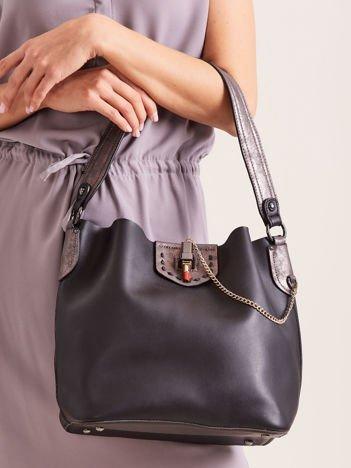 Czarna torba na ramię z łańcuszkiem