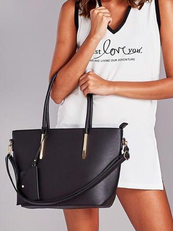 Czarna torba shopper bag z błyszczącymi okuciami