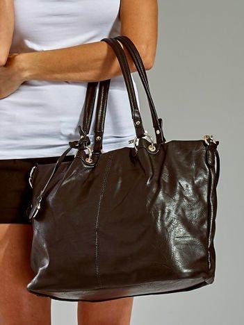 Czarna torba w miejskim stylu z odpinanym paskiem