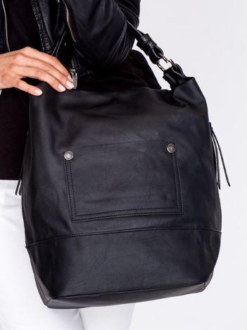 Czarna torba z bocznymi kieszeniami na suwak