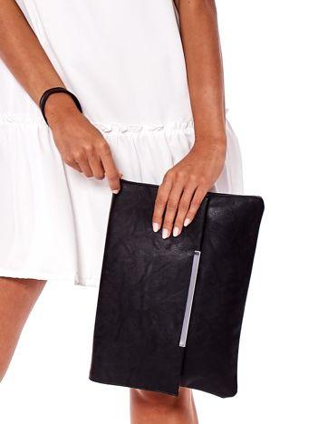 Czarna torba z ozdobnym zapięciem