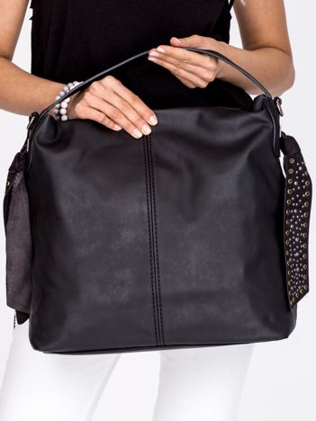 Czarna torba z ozdobnymi zamszowymi zawieszkami