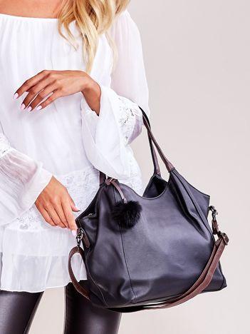 Czarna torba z pomponem