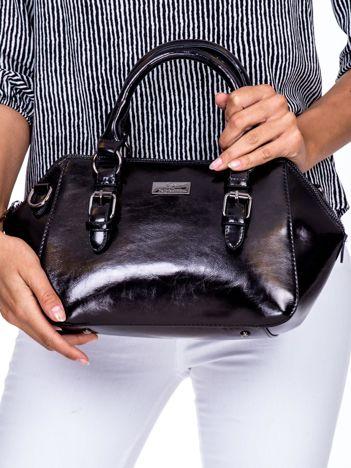 Czarna torebka kuferek z odpinanym paskiem