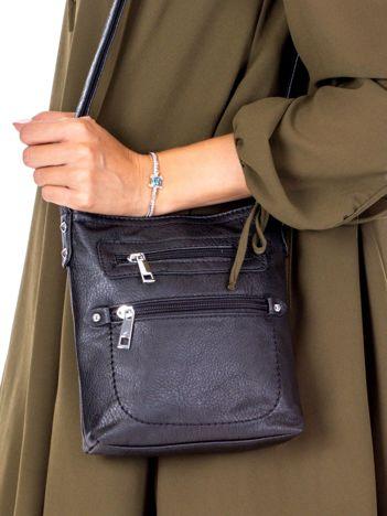 Czarna torebka listonoszka z kieszeniami