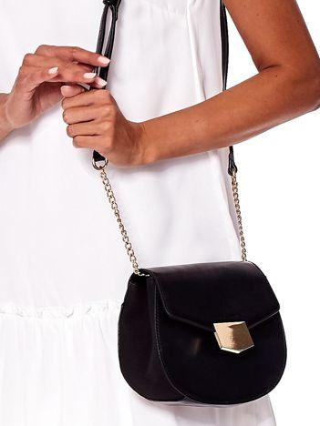 Czarna torebka z ozdobnym złotym zapięciem