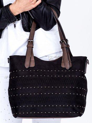 Czarna zamszowa torebka z ażurowym wzorem i dżetami