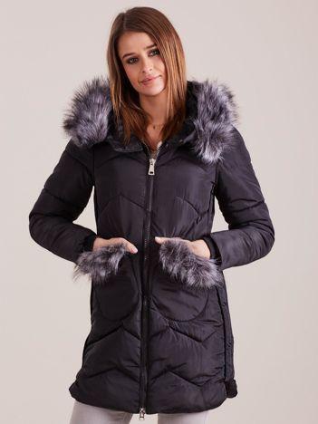 Czarna zimowa kurtka z futrzanym wykończeniem
