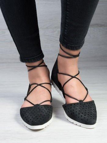 Czarne ażurowe sandały wiązane wokół kostki