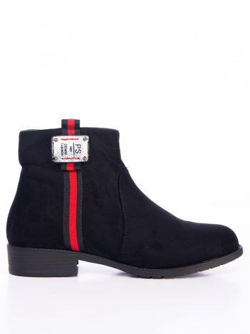 Czarne botki z czerwonym pionowym paskiem