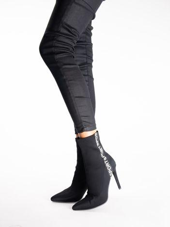 Czarne botki z elastycznej tkaniny z napisem na boku