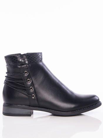 Czarne botki z ozdobnie tłoczoną cholewką i sznurowaniem na tyle buta