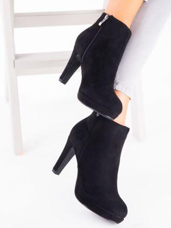 Czarne botki z suwakiem na boku i przypinką