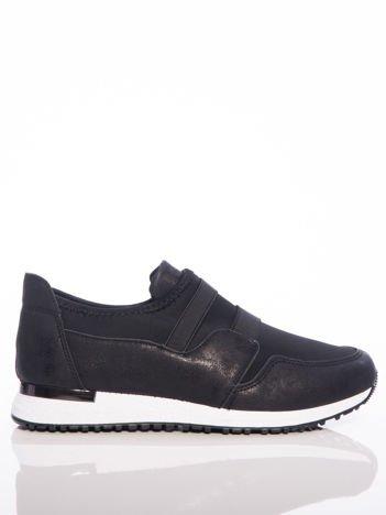 Czarne buty sportowe na jasnej podeszwie z lustrzaną wstawką na pięcie