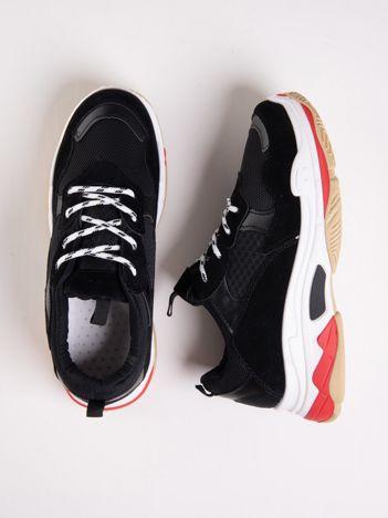 Czarne buty sportowe z kolorowymi sznurówkami i czerwoną wstawka na podeszwie