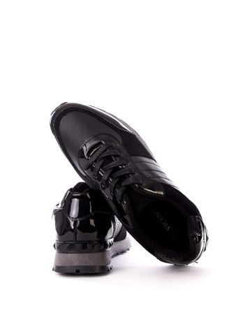 Czarne buty sportowe z lakierowanymi wstawkami na boku