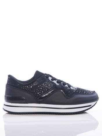 Czarne buty sportowe z ozdobnymi błyszczącymi dżetami, na podwyższonej podeszwie