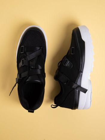 Czarne buty sportowe z wiązaniem i zapięciem na klips