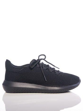 Czarne dzianinowe buty sportowe z ozdobnym sznurowaniem, na czarnej podeszwie