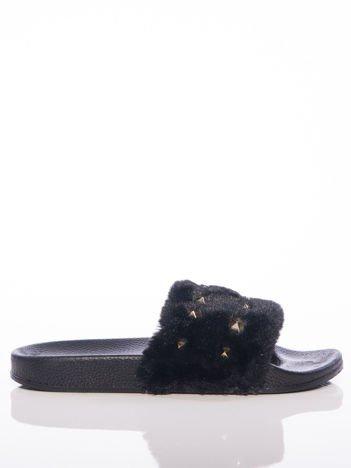 Czarne futerkowe klapki ze złotymi ćwiekami