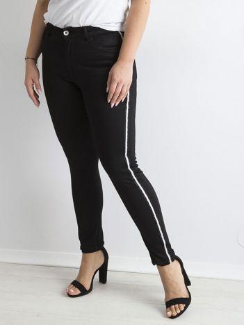 Czarne jeansy z lampasami PLUS SIZE