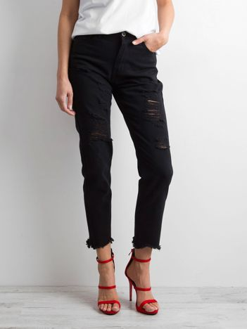 Czarne jeansy z wystrzępioną nogawką