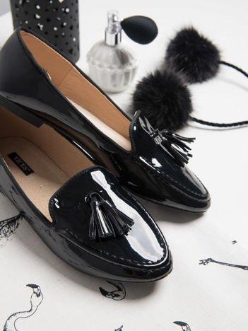 Czarne lakierowane lordsy z ozdobnym chwostem z przodu buta