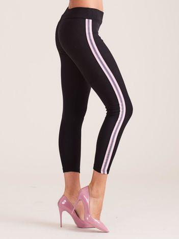 Czarne legginsy z jasnofioletowymi lampasami