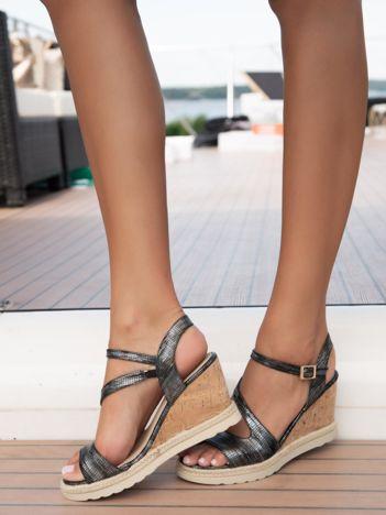 Czarne marmurkowe sandały na koturnach z asymetrycznymi paskami i metalicznym połyskiem