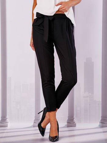 Czarne materiałowe spodnie z wiązaniem