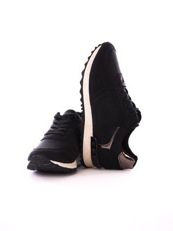 Czarne metaliczne buty sportowe z lustrzaną wstawką na tyle chlewki