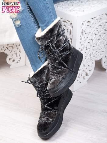 Czarne pluszowe śniegowce z kolorowymi sznurówkami na ciemnej podeszwie