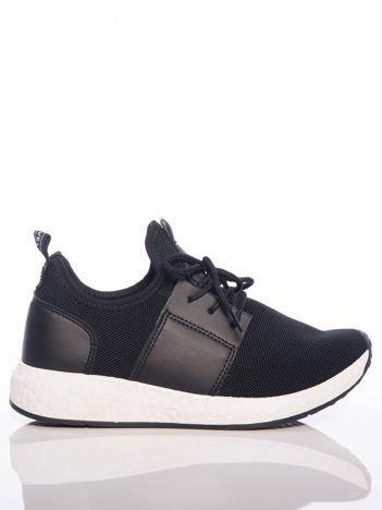 Czarne półażurowe buty sportowe na białej sprężystej podeszwie