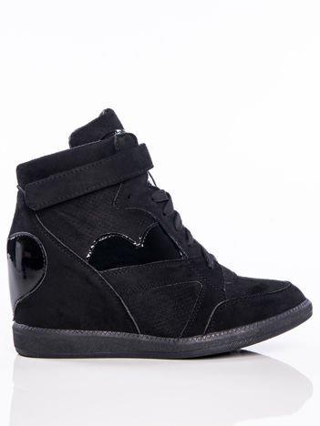 Czarne półażurowe sneakersy za kostkę z ozdobnymi lakierowanymi serduszkami na cholewce