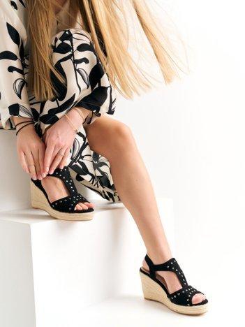 Czarne sandały Kylie z nitami na koturnach