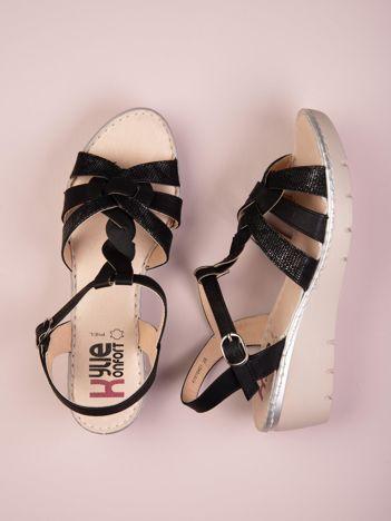 Czarne sandały Kylie z wężowym motywem na koturnach