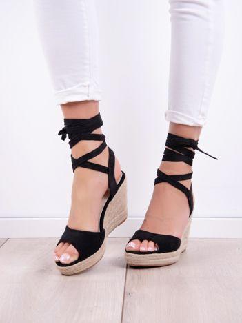 Czarne sandały SABATINA z długim wiązaniem wokół kostki